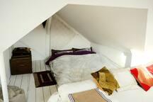 La chambre (lit double) attenante au salon+bureau
