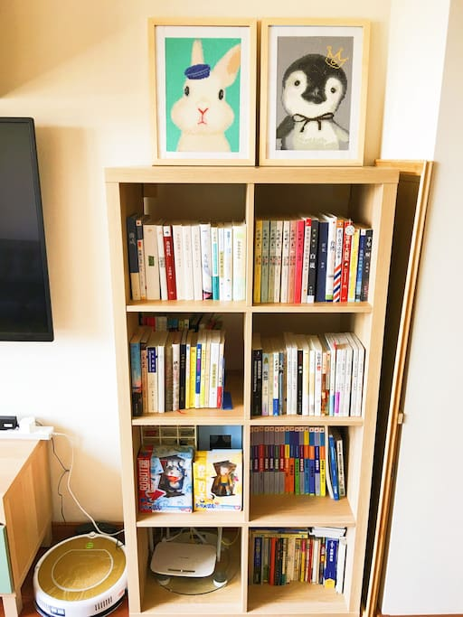 这是小兔子和小企鹅的小书架,书架上的书可以随意取阅哦
