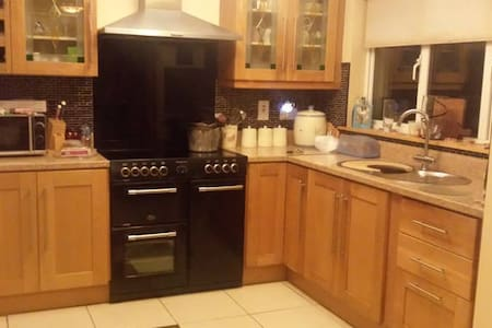 Single room with wardrobe space. - Newbridge - Ev