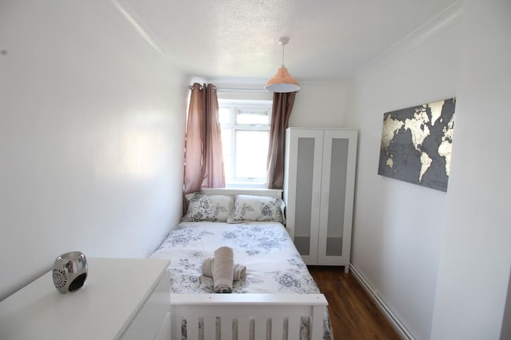 (WYL3) Small but cosy Double in London Zone 2