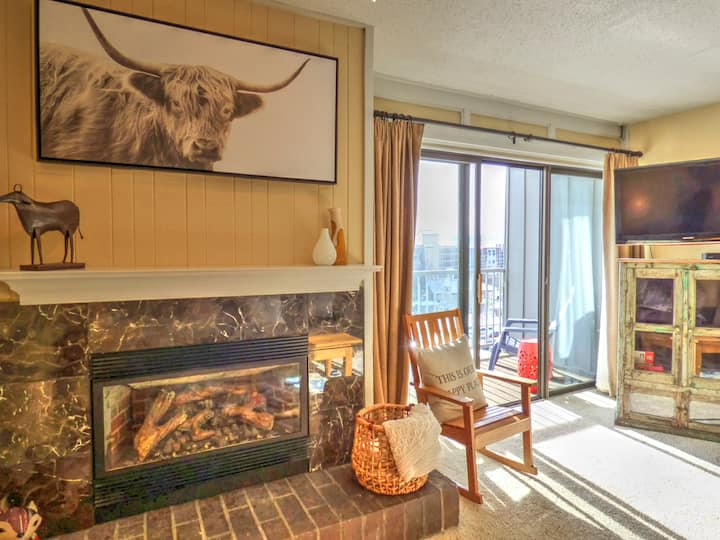✨New Listing✨ Private Deck ⎮Fireplace + HotTub