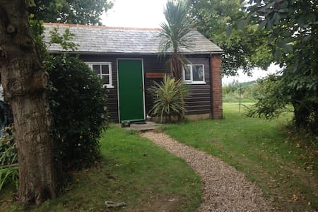 Detached secluded cottage with wood burning stove - Ryde