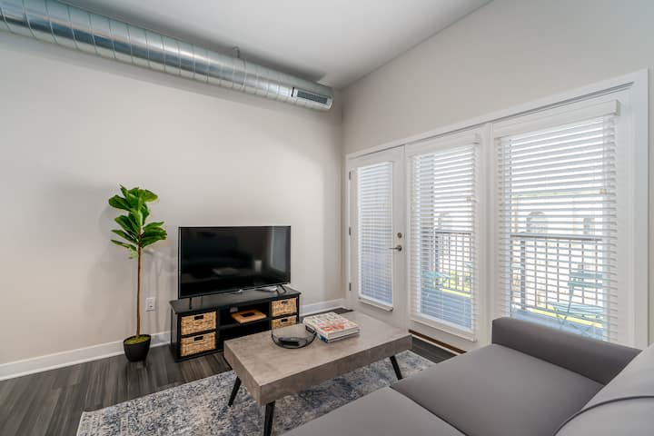 Kasa Des Moines | Pet Friendly 2BD + Balcony with Self Check-In | Downtown