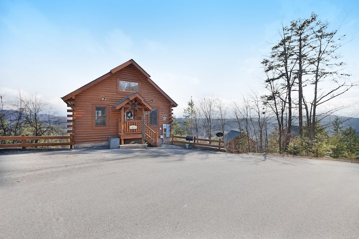 Amazing mountain views! Cabin w/ hot tub, 2 decks & pool table - dogs OK!