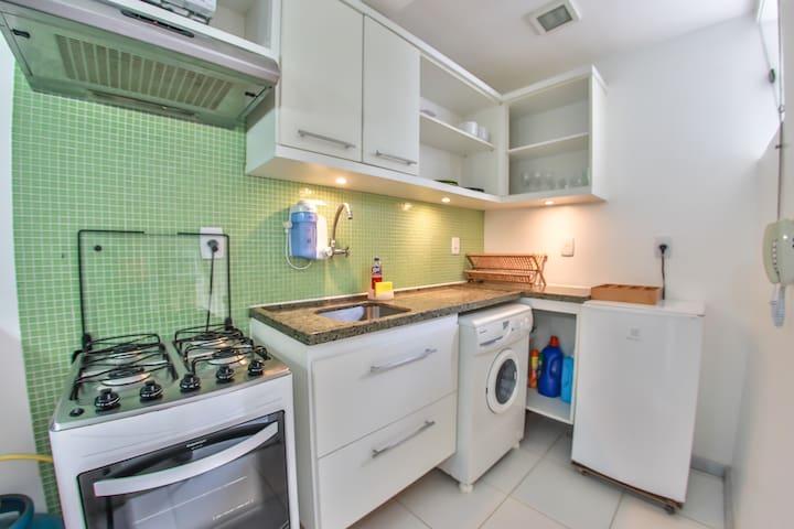 [POR] Cozinha moderna com balcões de granito. [ES] Cocina americana con encimeras de granito. [EN] Kitchen – Modern with granite counters.