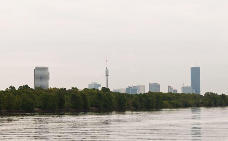 14 km to Vienna city center, 10 km to UNO City-VIC