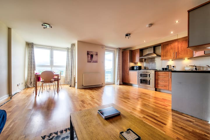 Huge Two Bed Apartment with Balcony at The Shore