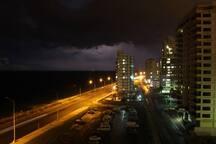 vista nocturna en medio de una tormenta