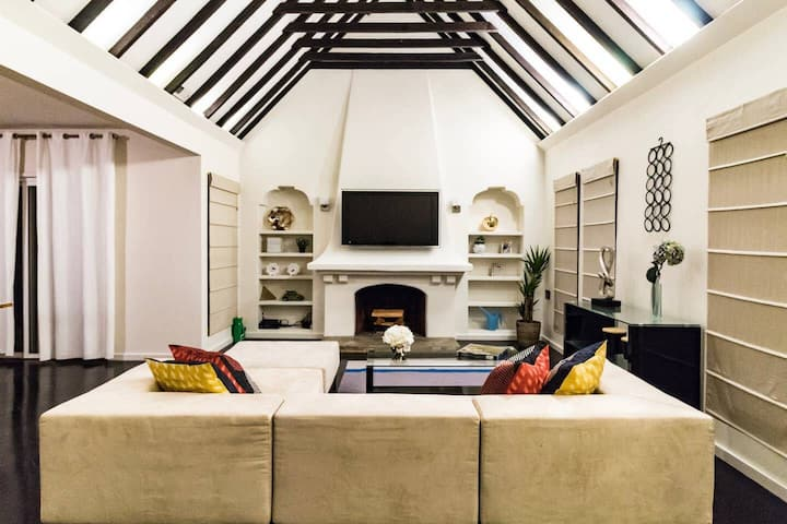 MELROSE AVE LUXURY; Vaulted Ceiling, Outdoor patio