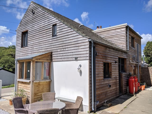 Spacious 3 Bedroom House close to Helford River