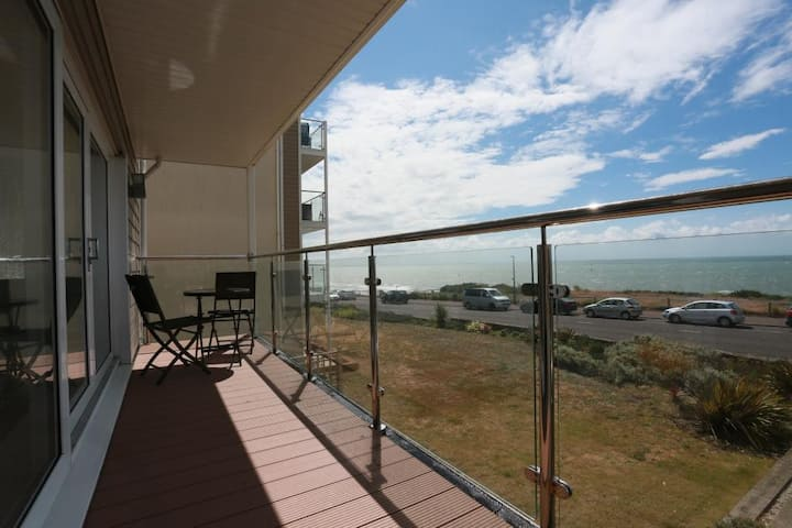 BOURNECOAST: FLAT with PANORAMIC SEA VIEWS- FM6180