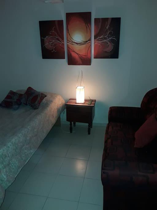 Habitación armada para una persona, con cama, sofá, elementos de higiene, muebles para guardar objetos personales, entre otros...