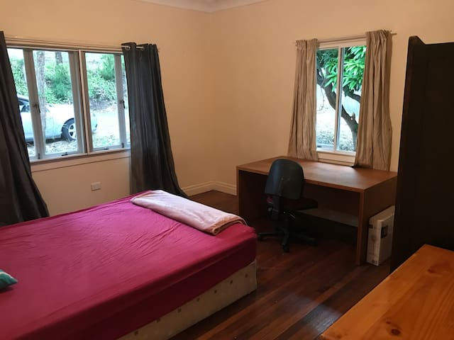 Big room in small tidy share house - close to UQ