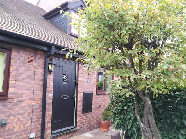 2 bed modern property in Historic Hungerford