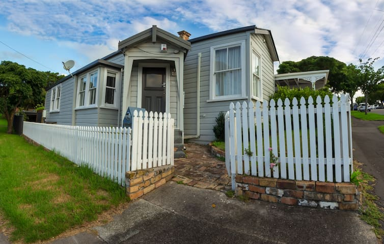 Queen size bed very close to Mt Eden summit - Auckland - Hus
