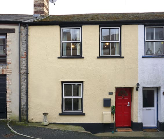 Charming private cottage in town centre