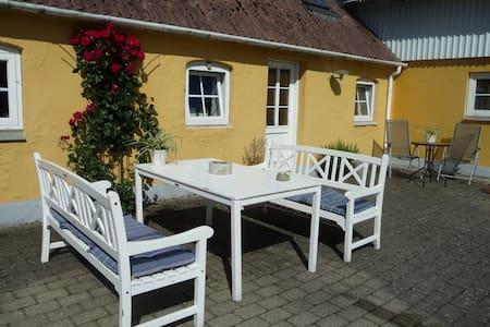 Ladefoged BB, Det gule gæstehus, idyl på landet. - Hadsund