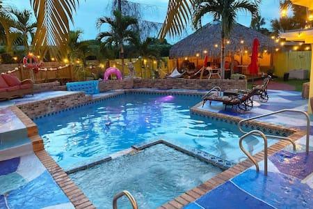 SUSAN and LEDIF'S Tropical Hideaway-5 min to BEACH
