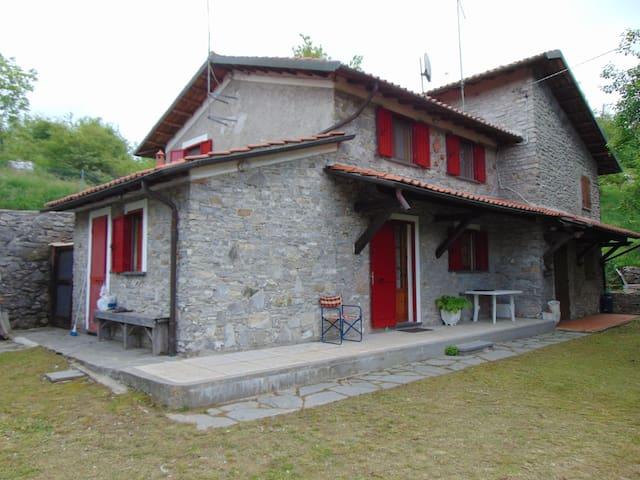 Casa rossa a Careggine