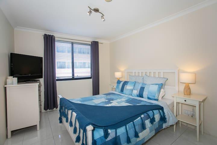 Main Bedroom,  Queen Size Bed