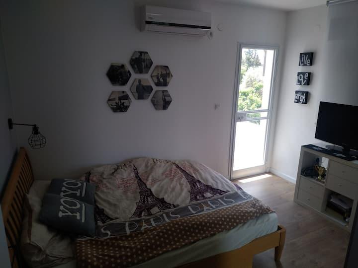 Room + exit to mini balcony