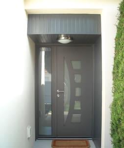 dans logement 2 chambres privées - Saint-Laurent-de-la-Plaine - House