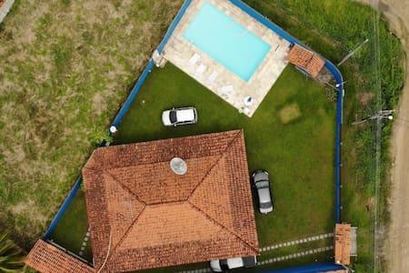 Casa espaçosa com piscina e quintal amplo