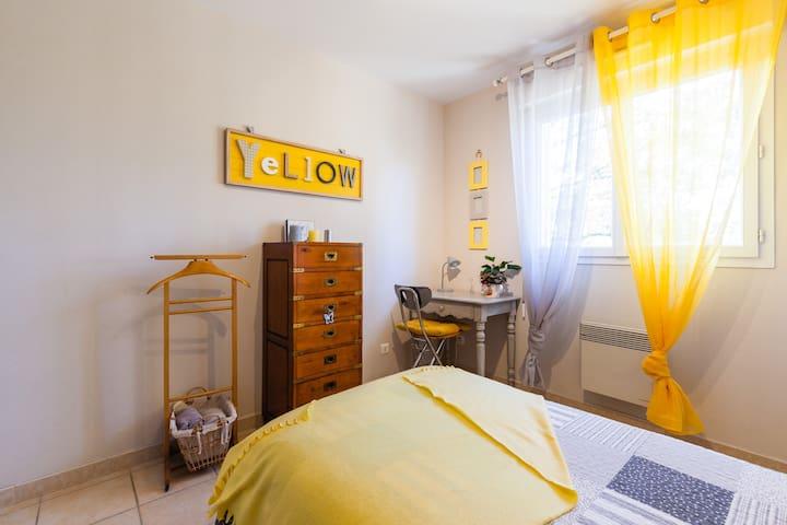 chambre yellow pop - Léojac - Dom