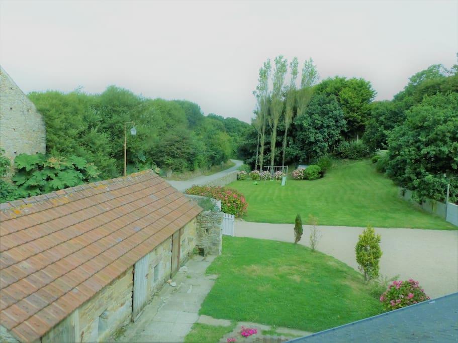 Grand jardin clos avec dépendances(à gauche) et parking