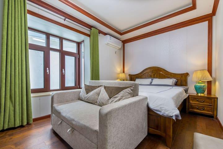 整套两居室中的大床房,沙发可拉开作为加床。