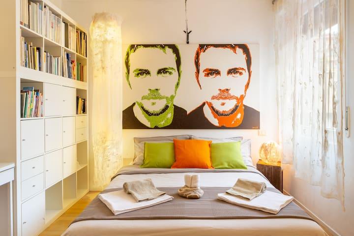 Stanza matrimoniale con tavolo da lavoro, ampio armadio e piccolo bagno privato di 0,80 MQ.