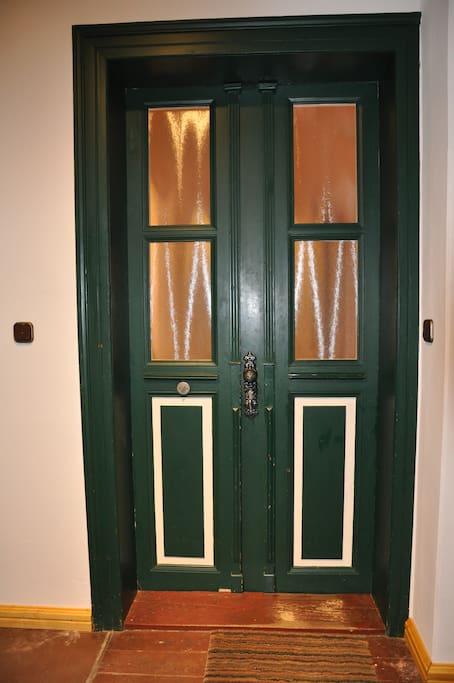 Eingang. Die Türen sind mittlerweile weit über 100 Jahre alt!
