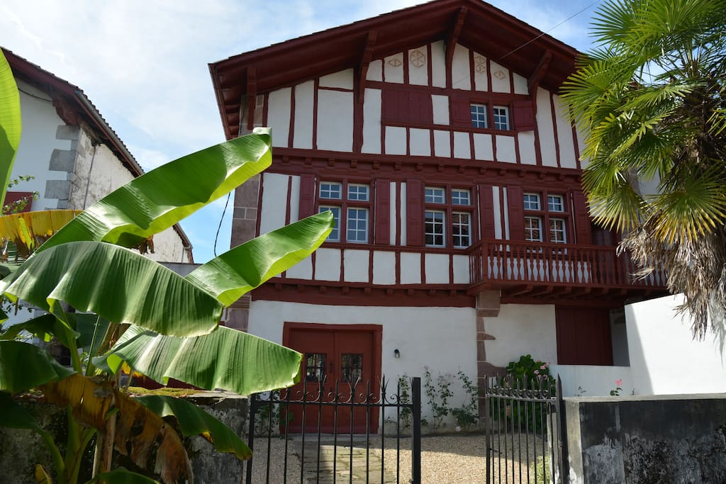 La façade de cette maison typique au coeur du village historique d'Ainhoa