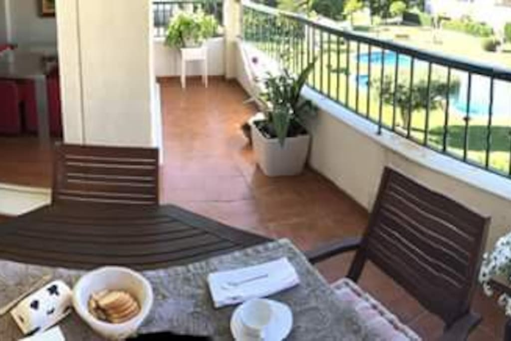 puedes desayunar en la terraza contemplando las bonitas vistas al golf y a la Calderona
