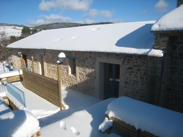 Chalmazel ,Gite chaleureux au village - Chalmazel - Byt