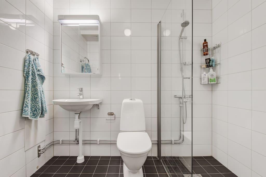 Vårt badrum, golvvärme och uppvärmd handdukstork.