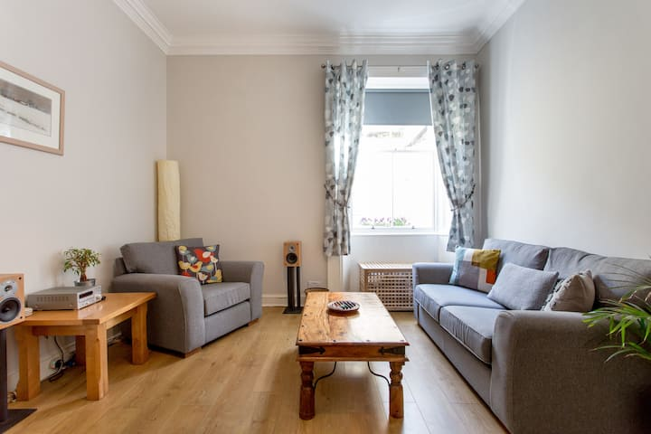 New Town apartment with double bed & sofabed