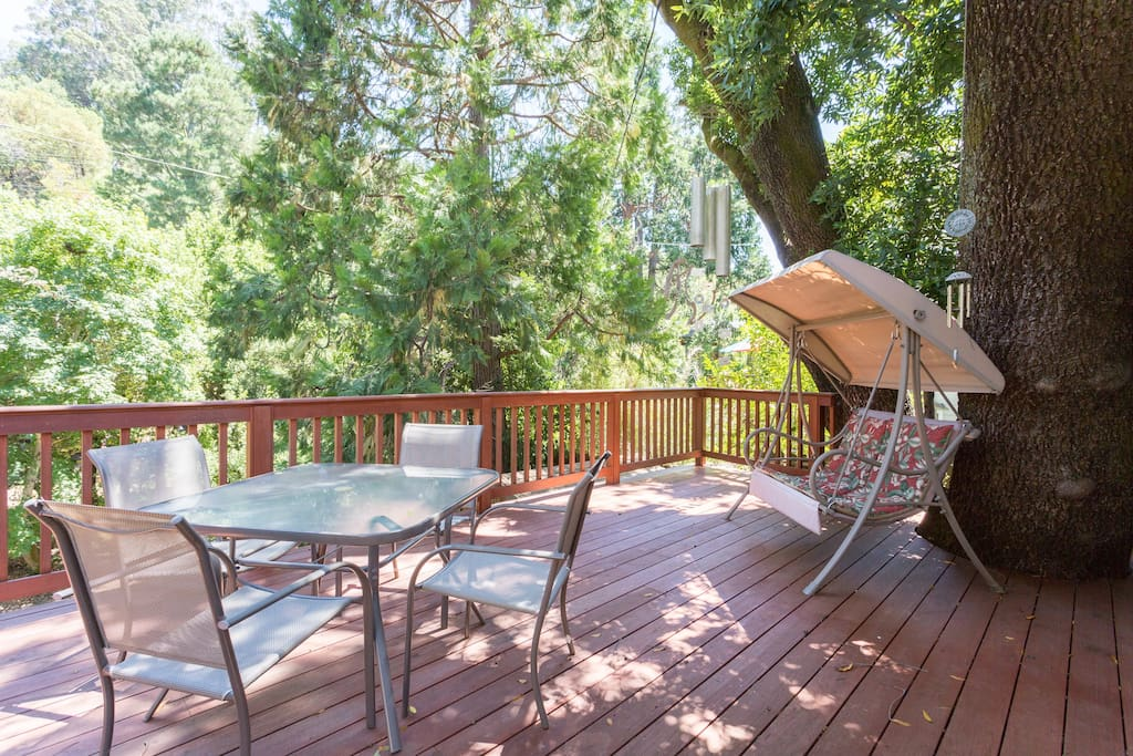 Have coffee or breakfast on the gorgeous back deck! Easy 10 min walk to down town Fairfax!