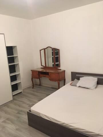 chambre n°2 : privée, proximité tram , restaurant