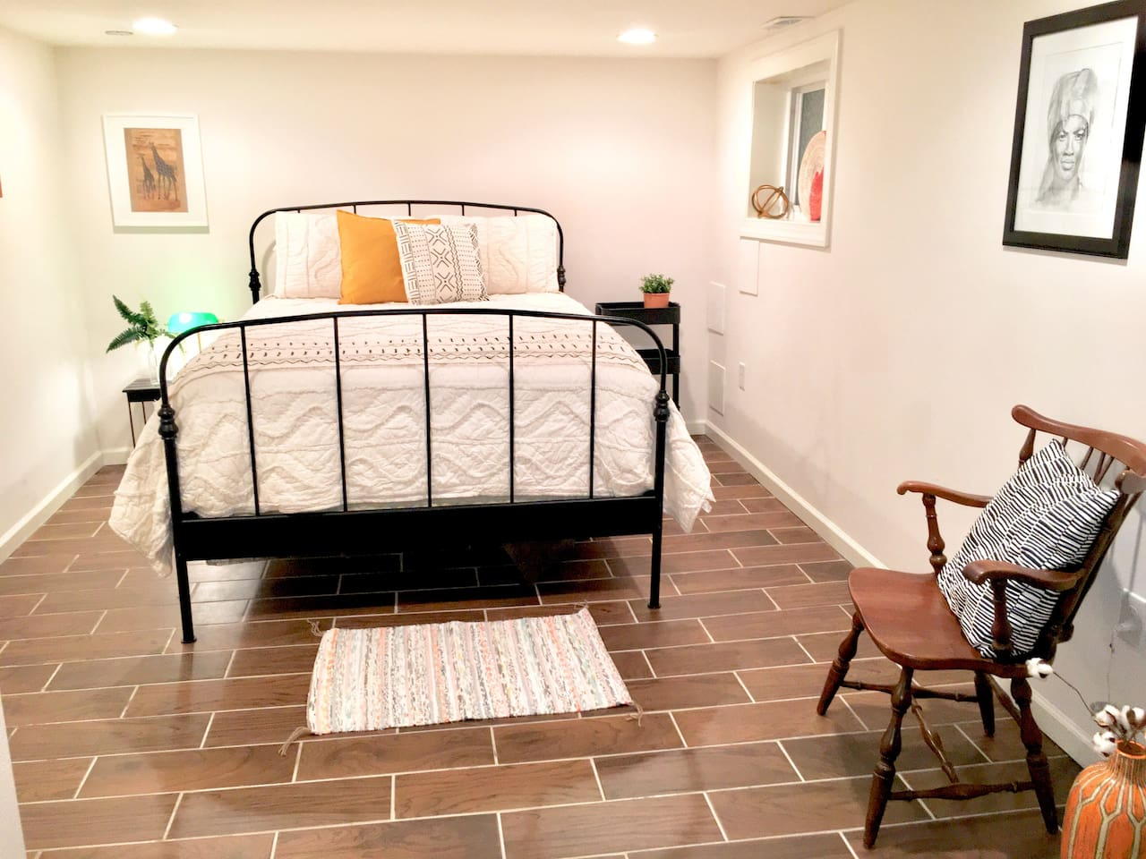 Spacious room with Queen Bed, Smart TV, and sitting nook