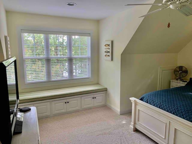 Top floor queen bedroom Lakeview and sitting area