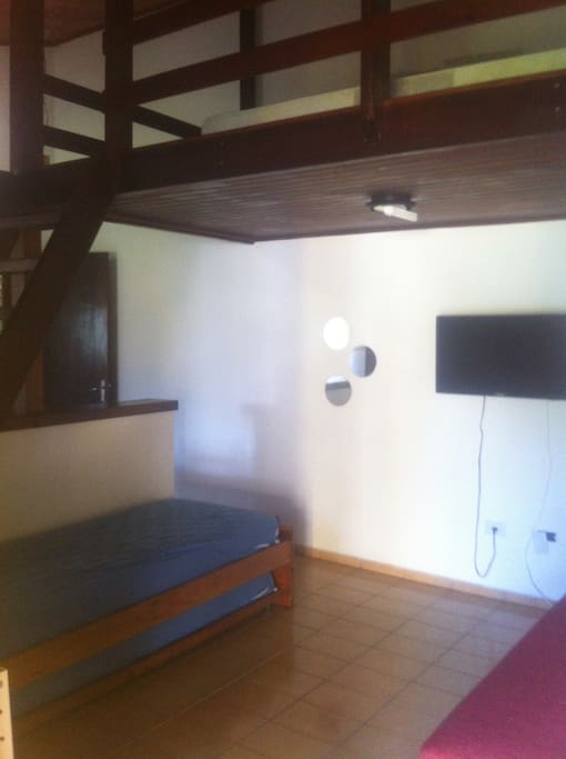 sala com bicama e mezanino para casal acomoda 4, tv 22'', ventilador de teto