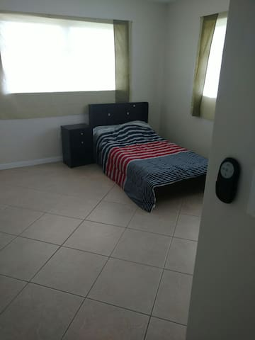 Great room next to  Dadeland mall - Miami