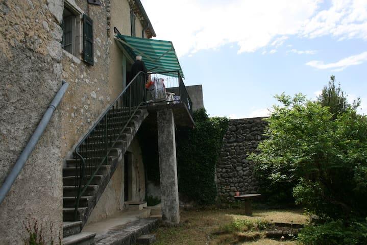 Maison de village avec jardin