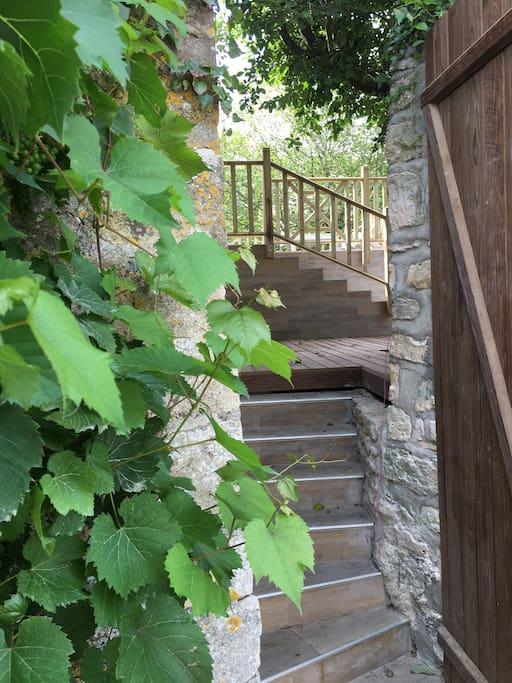 Entrée de la maison avec accès à la première terrasse