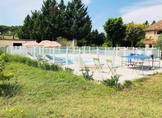 Appt LES LAVANDES avec terrasse et accès piscine.