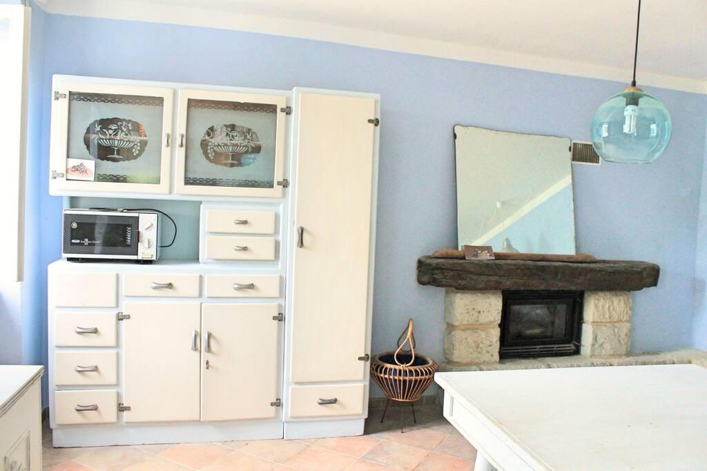 Mobile vintage nella grande cucina blu. Vintage furniture in the big blue kitchen.