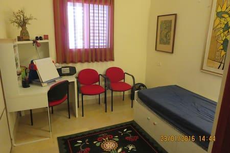 A room double bed in a privet hous - Wikt i opierunek