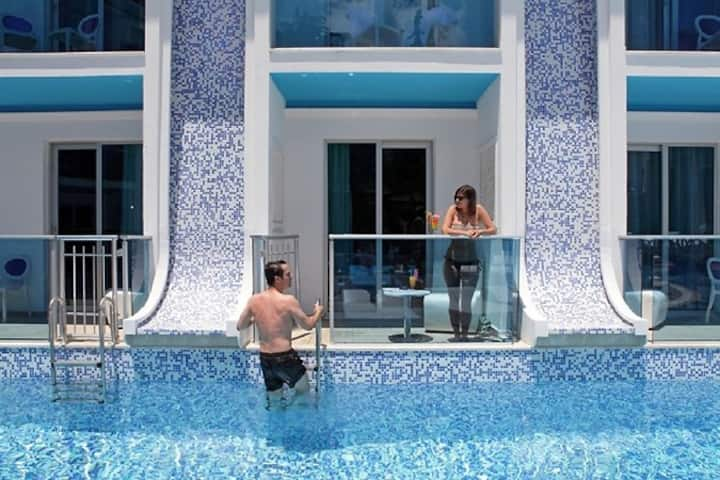 OCEAN BLUE HOTEL SWIM UP ROOM