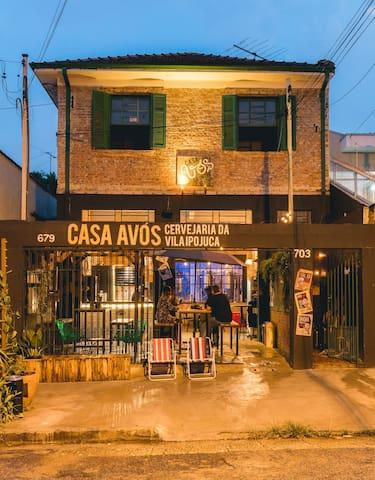 Uma Nano Cervejaria instalada em uma antiga casa de bairro no meio da Vila Ipojuca.